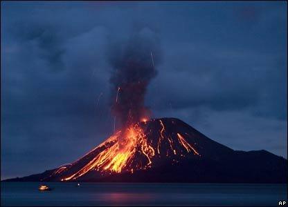 Eldfjallið Anak Krakatau í Indónesíu, en eldfjöll gefa frá sér ýmis gös, meðal annars CO2.